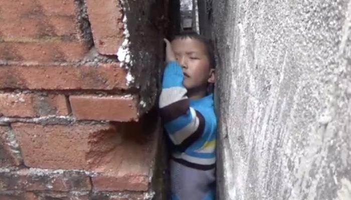 چینی شرارتی بچے تنگ دیواروں کے بیچ پھنس گئے