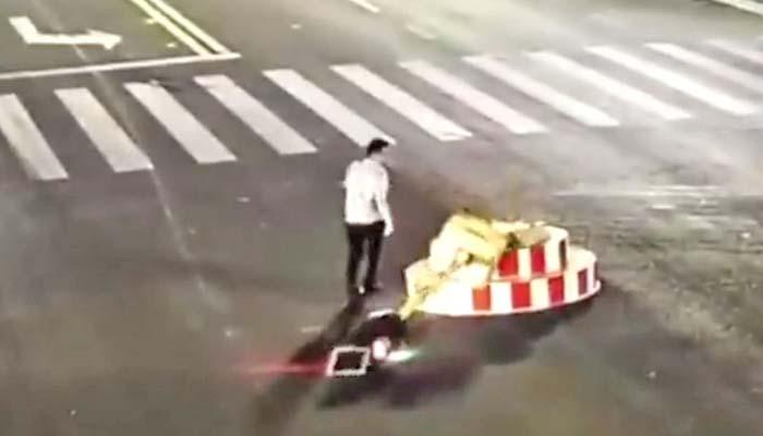 چین میں نوجوان نے دیر سے کھلنے والے ٹریفک سگنل پول ہی توڑ ڈالا