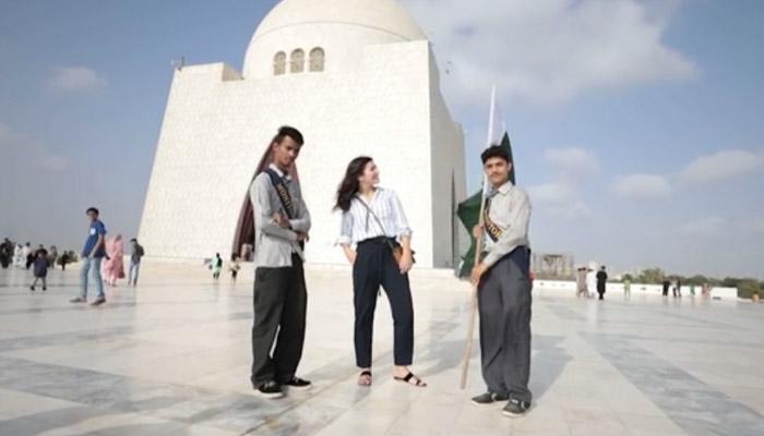 یورپین لڑکی نے کراچی کی سیر کی