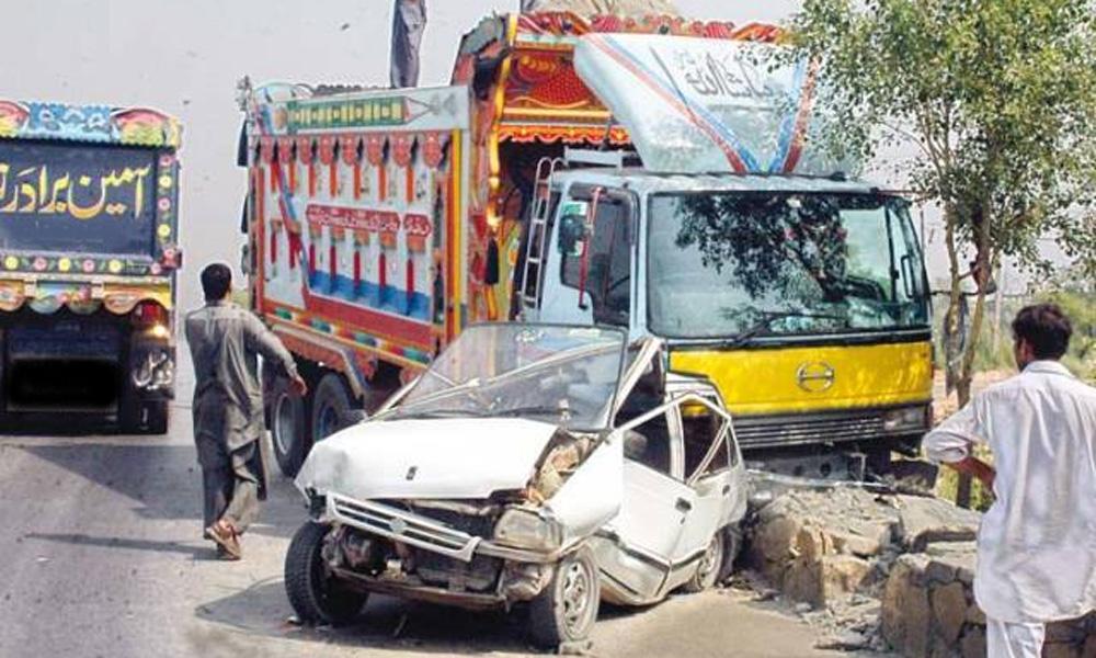 ڈیرہ اسماعیل خان: کار کی ٹرک سے ٹکر،7افراد جاں بحق