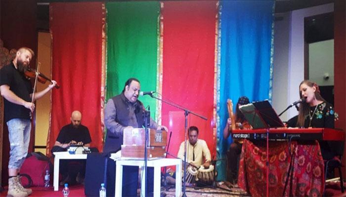 ' پولینڈ،پاکستان میوزک شو'عمران عزیز میاں کی شاندار پرفارمنس