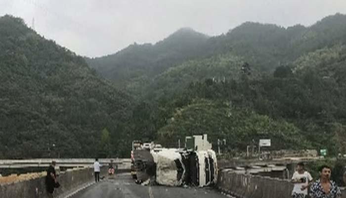 چین ،ٹرک جھیل میں جا گرا ، ڈرائیور محفوظ