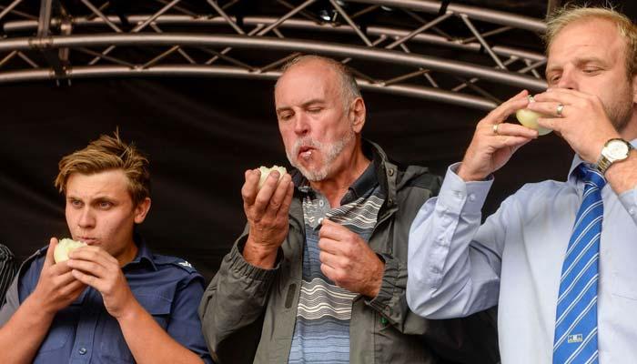 برطانیہ میں کچی پیاز کھانے کا انوکھا مقابلہ