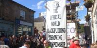برطانیہ میں بلیک پڈنگ پھینکنے کے مقابلے کا انعقاد