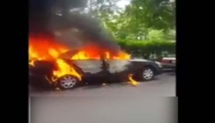 طلاق کا مطالبہ ، خاتون نے شوہر کی گاڑی کو آگ لگا دی