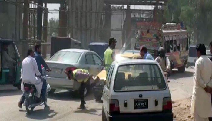 پشاور: ٹریفک وارڈن پر تشدد کرنےو الا کار ڈرائیور گرفتار