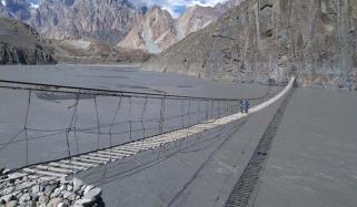 گلمت ہنزہ میں دو گاؤں کو ملانےوالا معلق پل