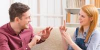 آج دنیا بھر میں اشاروں کی زبان کا دن منایا جارہا ہے!