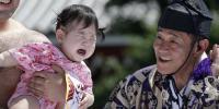 جاپان میں بچوں کو رُلانے کے انوکھے مقابلے