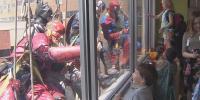 سپر ہیروز اسپتال کی کھڑکیاں صاف کرنے لگے