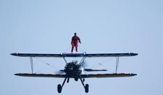 برطانوی ایکروبیٹ کی 5ہزار فٹ کی بلندی پروِنگ واکنگ