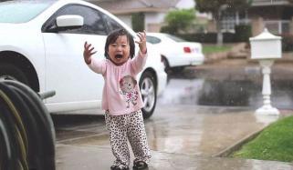 زندگی کی پہلی بارش کا مزہ لیتی ننھی پری