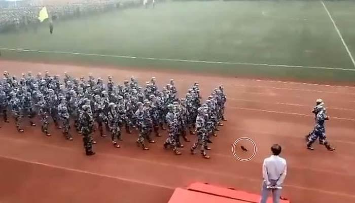 چین میں پریڈ کے دوران خاتون کا جوتا اُتر گیا