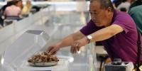 ریسٹورنٹ میں کھانا سروکرتے روبوٹس لوگوں کی توجہ کا مرکز