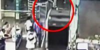 بچہ سامان چیک کرنے کی ایکسرے مشین میں گھس گیا