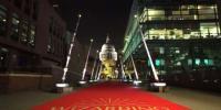 لندن ، سڑکوں کو روشن کرنے کے لئے جادوئی چھڑیاں تیار