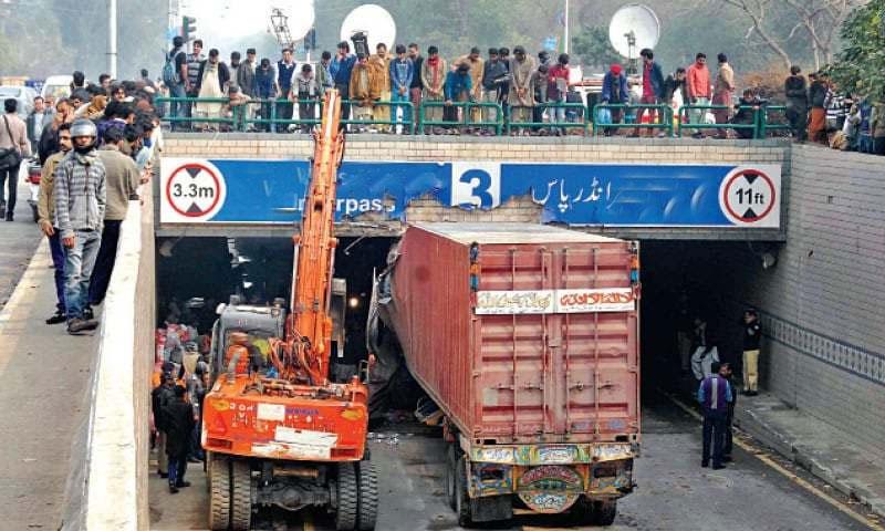 لاہور، انڈر پاس میں کنٹینر پھنس گیا