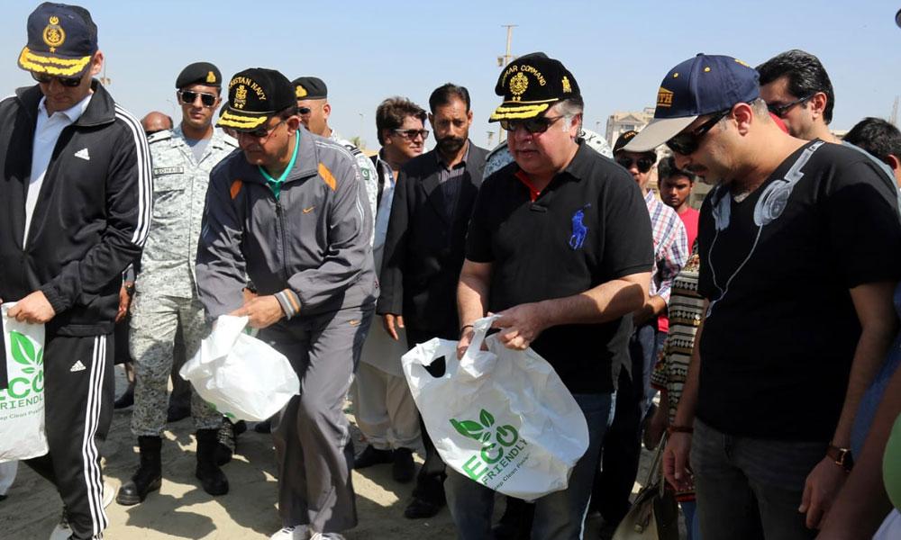 ساحل سمندر پر پاک بحریہ کی صفائی مہم