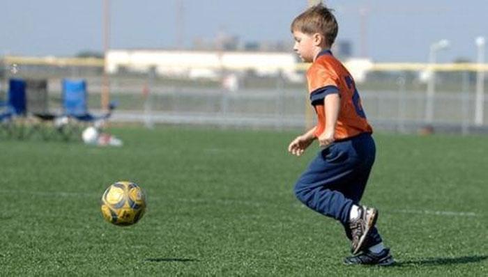 چھ سالہ بچے کافٹ بال کھیلنے کا شاندار مظاہرہ