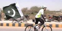 Pakistani Cyclist Does Tricks While Riding Through Open Traffic
