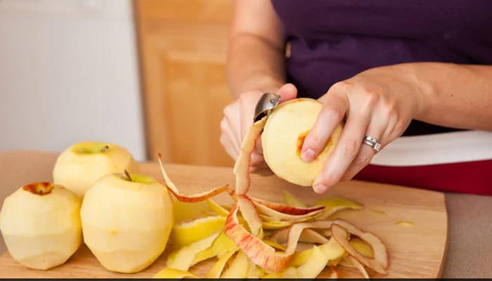 سیب کا چھلکا کیوں نہ اُتاریں؟