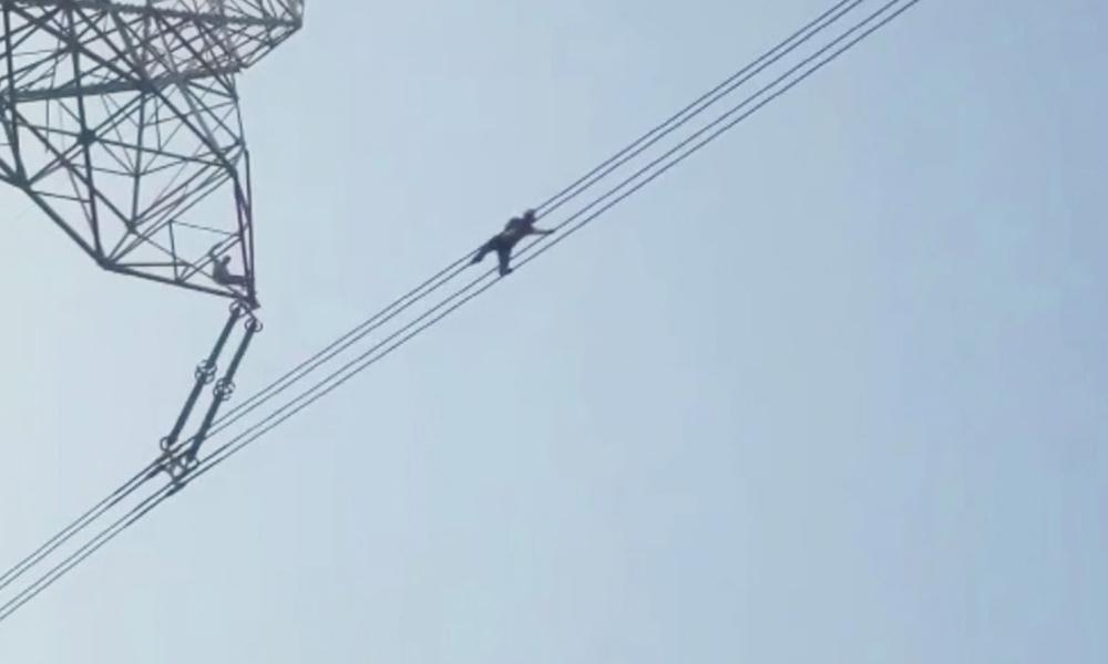 بھارت میں سر پھرا شخص بجلی کے ٹاور پر چڑھ گیا