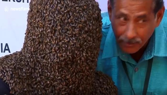 ہزاروں شہد کی مکھیوں سے چہرہ ڈھکنے کا مظاہرہ