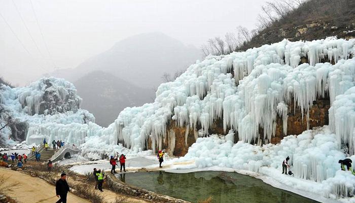 چین:منجمد آبشار یں سیاحوں کی توجہ کا مرکز بن گئیں