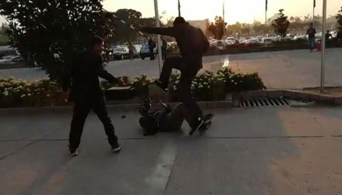 نواز شریف کے گارڈز کا ٹی وی کیمرا مین واجد علی پر تشدد