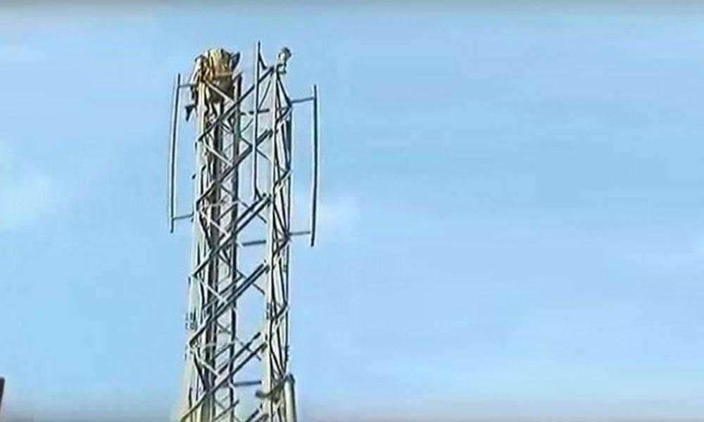 اسلام آباد کے بلیو ایریا میں 1 شخص موبائل ٹاور پر چڑھ گیا