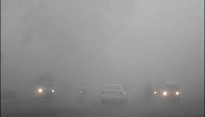 لاہور سمیت پنجاب کے کئی علاقوں میں دھند کے ڈیرے