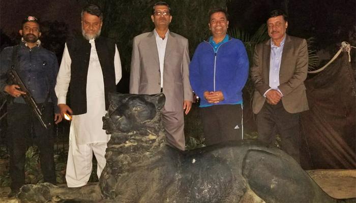 کراچی: چڑیا گھر میں شیروں کے دو مجسموں دوبارہ نصب