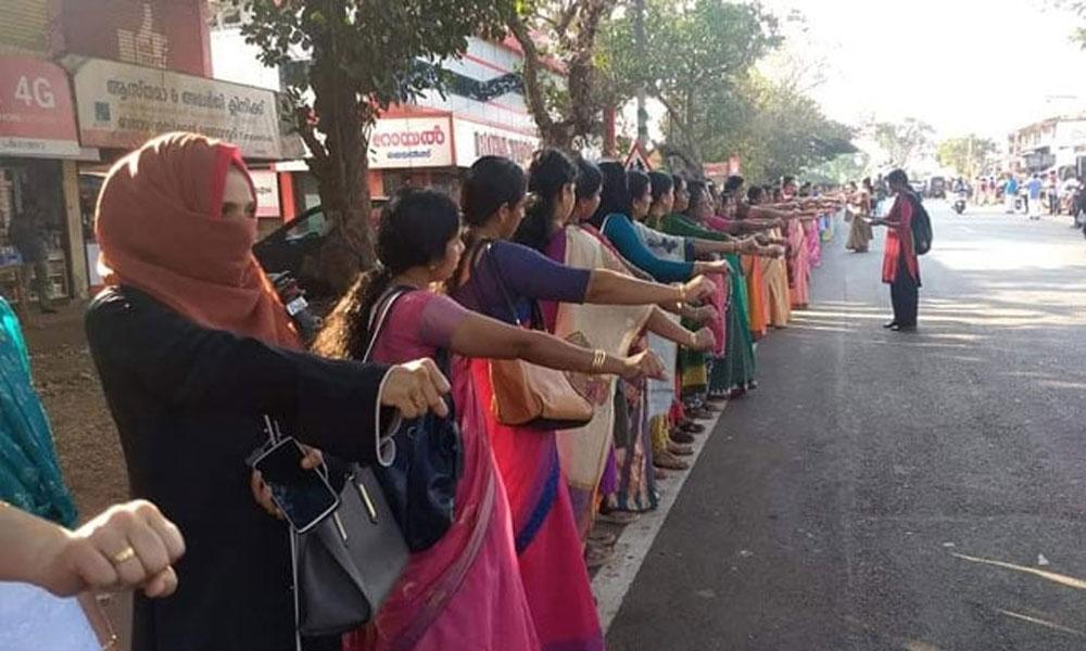 بھارت میں لاکھوں خواتین نے انسانی زنجیر بنا کر احتجاج کیوں کیا؟