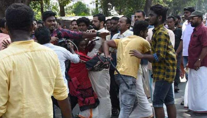 مندر میں خواتین کے داخلے پر بھارت میں ہنگامہ آرائی