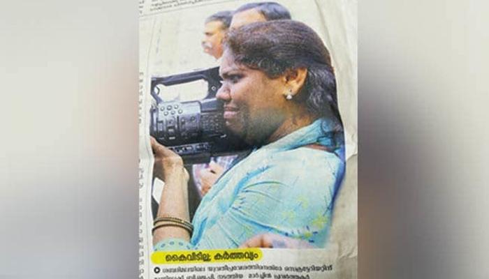 بھارتی خاتون کی کیمرا تھامے روتے ہوئے تصویر وائرل