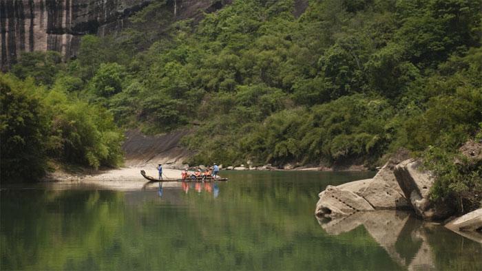 چین نوجوانوں نےبانس پر چل کر دریا عبور کیا