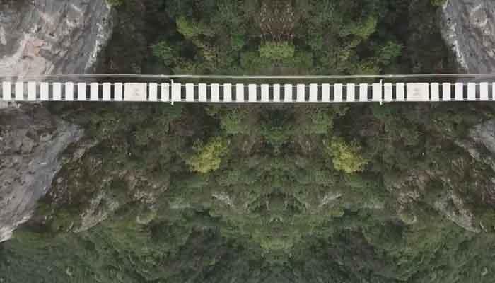 چین ، ہزاروں بلندی پربنا60میٹر لمبا رنگین پل