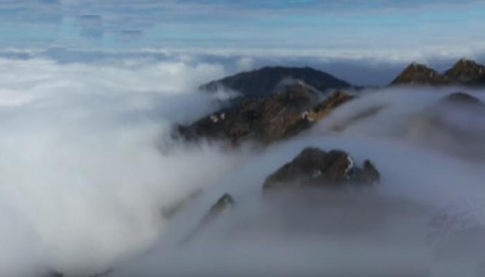 چین : بادلوں نے ہزاروں فٹ بلند پہاڑوں کو ڈھانپ لیا