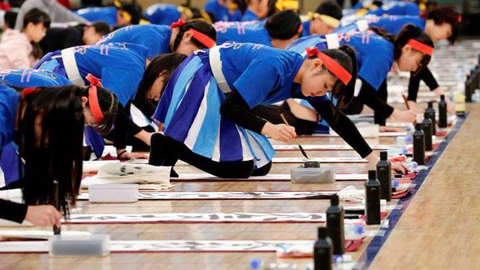 جاپان میں ہزاروں افراد کا خطاطی کا مظاہرہ
