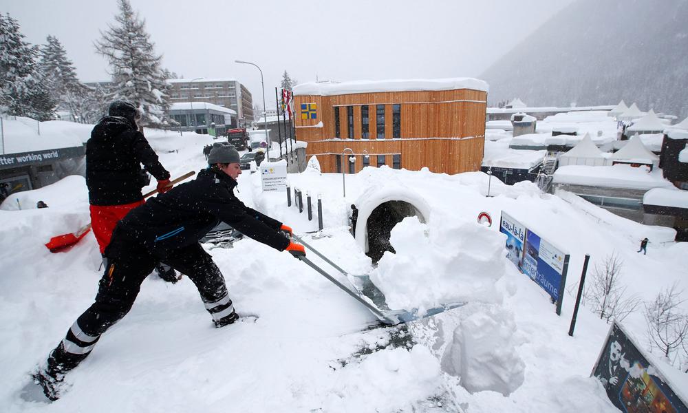 ریل کا برف پر راستہ بنانے کا دلکش منظر