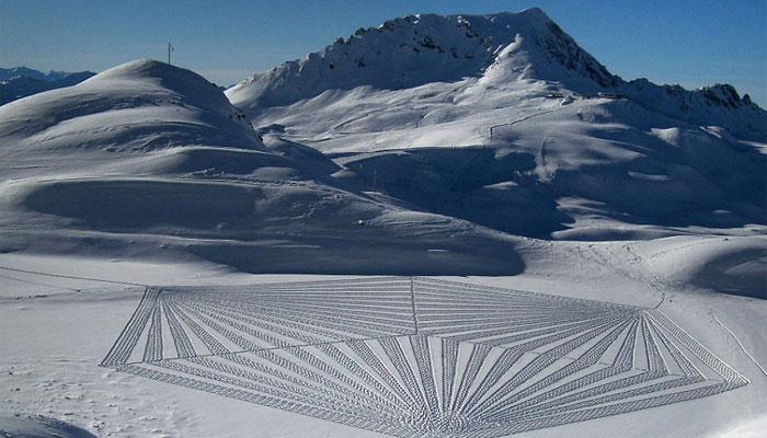 برف پر پائوں سے فن پارے بنانے کا مظاہرہ