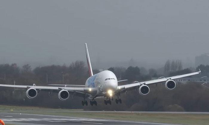 برطانیہ تیز ہوا نے طیارے کی لینڈنگ کو مشکل کردیا