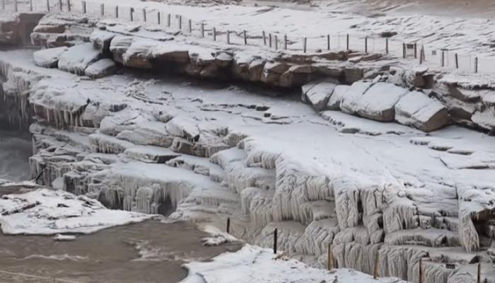 یخ بستہ ہواؤں نے آبشار کا پانی جما دیا