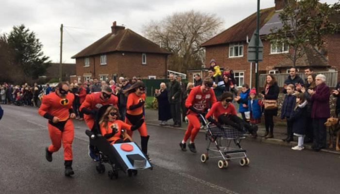 برطانوی قصبے میں سالانہ پرام ریس کا انعقاد