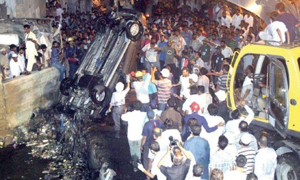 لاہور: کار نالے میں گر گئی، نوجوان جاں بحق
