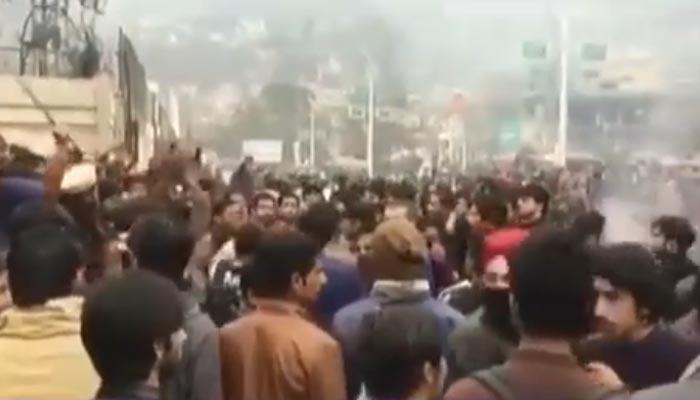 آزاد کشمیر یونیورسٹی طلباء کا احتجاج، لاٹھی چارج، آنسو شیلنگ