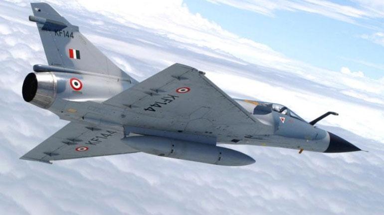 بنگلورو میں بھارتی طیارہ گر کر تباہ، پائلٹ ہلاک