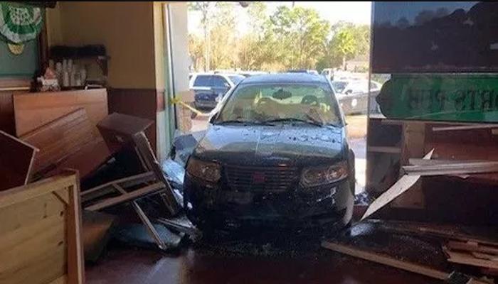 فلوریڈا میں کار ریسٹورنٹ کے اندر جا گھسی