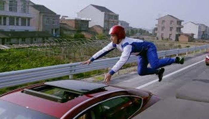 چینی جانباز خودکار کاروں سے چلتے ٹرک پرکود پڑے