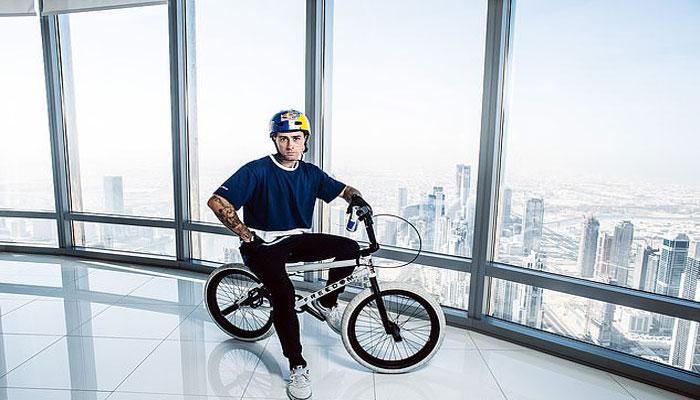 ہیلی کاپٹر سے عمارت پر چھلانگ لگاتے ہوئے سائیکلنگ